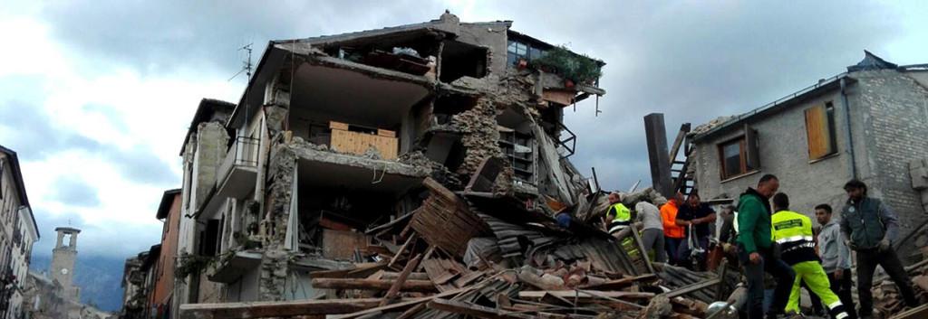 I soccorsi al lavoro ad Amatrice, dopo il sisma che nella notte ha colpito il Centro Italia. Amatrice, 24 agosto 2016. ANSA/ LUCA PROSPERI
